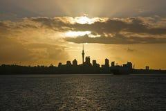 Auckland horisont under en guld- solnedgång, Nya Zeeland Arkivfoton