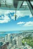 Auckland, la nouvelle Zélande 12 décembre 2013 Un saut à l'élastique f d'homme Images libres de droits