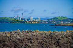 AUCKLAND, LA NOUVELLE ZÉLANDE 12 MAI 2017 : Vue de la ville d'Auckland de continent de l'île de Rangitoto Images libres de droits