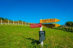 AUCKLAND, LA NUOVA ZELANDA 12 MAGGIO 2017: Segno di legno della Nuova Zelanda con il fondo della cantina Immagine Stock