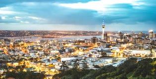 Auckland linia horyzontu od góry Eden po zmierzchu podczas błękitnej godziny - Nowa Zelandia nowożytny miasto z spektakularną nig fotografia stock
