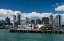 Auckland linia horyzontu z chmurami i morzem Zdjęcie Stock