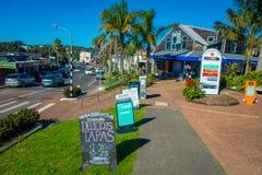 AUCKLAND, NEUES SEELAND 12. MAI 2017: Herrliche Stadt in Waiheke-Insel, Touristen, welche die Ansicht von den Shops zu genießen stockfotografie