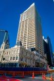 AUCKLAND, NEUES SEELAND 12. MAI 2017: Schönes Wohngebäude vor HSBC-Bürogebäude mit Himmel-Turm Lizenzfreie Stockbilder