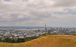 Auckland, Neuseeland, angesehen vom Berg Eden lizenzfreie stockbilder