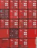 AUCKLAND, NEUSEELAND - 2. APRIL 2012: Stapel rote Behälter am Seehafen Stockfoto