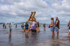 AUCKLAND, NEUSEELAND - 7. APRIL 2018: Zuschauer und Konkurrenten am Murrays-Bucht-Kai Birdman-Festival lizenzfreie stockbilder