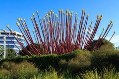 Auckland, Neuseeland: Riesige Blumenskulptur durch Autobahn lizenzfreie stockfotos