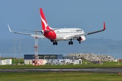 Qantas Airways Boeing 737 landing at Auckland International Airport. AUCKLAND, NEW ZEALAND - JULY 10: Qantas Airways Boeing 737 landing at Auckland International Royalty Free Stock Images