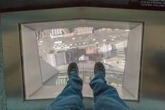 Auckland, Nieuw Zeeland 12 December, 2013 Een mensenstap op glass' Stock Foto's