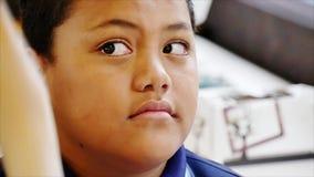 Auckland Nova Zelândia 11a dos óticos de março de 2016 que verificam a vista do olho dos alunos na escola primária filme