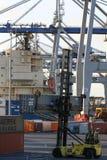 AUCKLAND, NOVA ZELÂNDIA - 17 DE ABRIL: Guindastes rodados e caminhão do portador que guarda um recipiente no porto marítimo Fotos de Stock