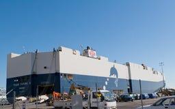 AUCKLAND, NOVA ZELÂNDIA - 19 DE ABRIL DE 2012: Navio de carga no porto de Auckland Fotografia de Stock Royalty Free