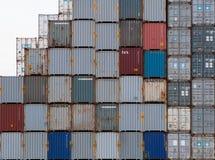 AUCKLAND, NOVA ZELÂNDIA - 2 DE ABRIL DE 2012: Pilha de recipientes no porto marítimo de Auckland Imagens de Stock Royalty Free