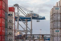 AUCKLAND, NUEVA ZELANDA - 2 DE ABRIL DE 2012: Grúas y pila de envases en el puerto de Auckland Fotos de archivo