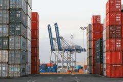 AUCKLAND, NUEVA ZELANDA - 2 DE ABRIL DE 2012: Grúas y pila de envases en el puerto de Auckland Foto de archivo libre de regalías