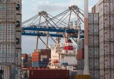 AUCKLAND, NUEVA ZELANDA - 2 DE ABRIL DE 2012: Grúas y pila de envases en el puerto marítimo de Auckland Imagenes de archivo