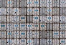 AUCKLAND, NUEVA ZELANDA - 2 DE ABRIL DE 2012: Pila de envases blancos y grises en el puerto de Auckland Fotografía de archivo libre de regalías
