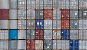 AUCKLAND, NUEVA ZELANDA - 2 de abril de 2012: Pila de envases en el puerto de Auckland Imagenes de archivo