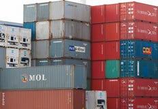 AUCKLAND, NUEVA ZELANDA - 2 DE ABRIL DE 2012: Pila de envases en el puerto marítimo en Auckland Imagen de archivo