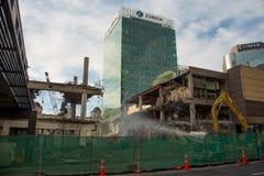 AUCKLAND, NUEVA ZELANDA - 16 de agosto de 2016 la demolición del centro comercial céntrico de los años 70 ha comenzado en Aucklan Foto de archivo libre de regalías