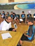 Auckland Nueva Zelanda 11mo de los ópticos de marzo de 2016 que comprueban la vista del ojo de alumnos en escuela primaria Foto de archivo