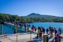 AUCKLAND, NUEVO SELANDIA 12 DE MAYO DE 2017: Muchedumbre no identificada de gente sobre un muelle en la isla de Rangitoto, golfo  Imagen de archivo