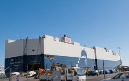 AUCKLAND, NUOVA ZELANDA - 19 APRILE 2012: Nave da carico in porto di Auckland Fotografia Stock Libera da Diritti
