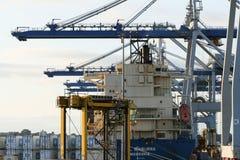 AUCKLAND, NUOVA ZELANDA - 17 APRILE: Nave, gru a ruote e pila di contenitori Fotografie Stock