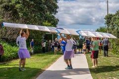 AUCKLAND, NUOVA ZELANDA - 7 APRILE 2018: Spettatori e concorrenti al festival di Birdman del molo della baia di Murrays immagine stock