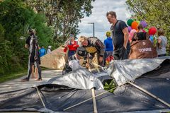 AUCKLAND, NUOVA ZELANDA - 7 APRILE 2018: Spettatori e concorrenti al festival di Birdman del molo della baia di Murrays fotografia stock