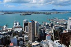 Auckland, Nuova Zelanda - 28 gennaio 2013: vista da sopra attraverso le finestre al centro di affari della torre del cielo Immagine Stock