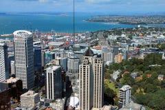 Auckland, Nuova Zelanda - 28 gennaio 2013: visualizzazione da sopra attraverso le finestre al centro di affari ed alla porta dell Fotografia Stock