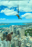Auckland nya Själland December 12, 2013 En manbungee som hoppar f Royaltyfri Bild