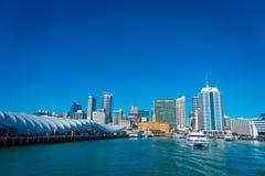 AUCKLAND NYA SJÄLLAND MAY 12, 2017: Härlig sikt av den största och mest tätbefolkade stadsområdet i Auckland med en färja Royaltyfria Foton
