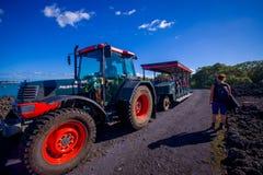 AUCKLAND NYA SJÄLLAND MAY 12, 2017: Oidentifierat folk på en tur på en lastbil i en stenig väg inom av det vulkaniskt Royaltyfria Bilder