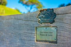 AUCKLAND NYA SJÄLLAND MAY 12, 2017: Trä underteckna in den Waiheke ön i Nya Zeeland Arkivfoton