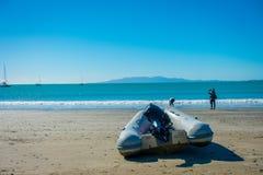 AUCKLAND NYA SJÄLLAND MAY 12, 2017: Vit sandstrand på den Waiheke ön, Nya Zeeland med en härlig blå himmel i a Arkivfoto