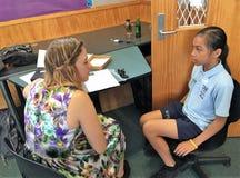 Auckland Nya Zeeland 11th av optiker för mars som 2016 kontrollerar ögonsikten av skolbarn i grundskola för barn mellan 5 och 11  Royaltyfri Foto