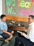 Auckland Nya Zeeland 11th av optiker för mars som 2016 kontrollerar ögonsikten av skolbarn i grundskola för barn mellan 5 och 11  Arkivfoto
