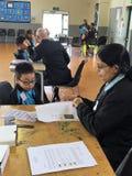Auckland Nya Zeeland 11th av optiker för mars som 2016 kontrollerar ögonsikten av skolbarn i grundskola för barn mellan 5 och 11  Arkivfoton