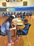 Auckland Nya Zeeland 11th av optiker för mars som 2016 kontrollerar ögonsikten av skolbarn i grundskola för barn mellan 5 och 11  Arkivbilder