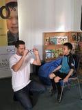 Auckland Nya Zeeland 11th av optiker för mars som 2016 kontrollerar ögonsikten av skolbarn i grundskola för barn mellan 5 och 11  Royaltyfri Fotografi