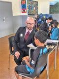 Auckland Nya Zeeland 11th av optiker för mars som 2016 kontrollerar ögonsikten av skolbarn i grundskola för barn mellan 5 och 11  Fotografering för Bildbyråer