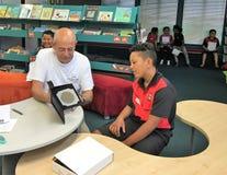 Auckland Nya Zeeland 11th av optiker för mars som 2016 kontrollerar ögonsikten av skolbarn i grundskola för barn mellan 5 och 11  Arkivbild