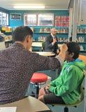 Auckland Nya Zeeland 11th av optiker för mars som 2016 kontrollerar ögonsikten av skolbarn i grundskola för barn mellan 5 och 11  Royaltyfri Bild