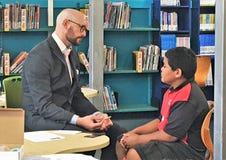 Auckland Nya Zeeland 11th av optiker för mars som 2016 kontrollerar ögonsikten av skolbarn i grundskola för barn mellan 5 och 11  Royaltyfria Foton