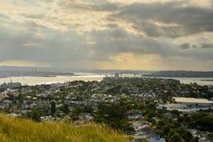 Auckland och norr kustsikt från det norr huvudet Arkivbild