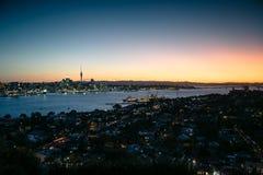 Auckland på skymning Arkivfoton