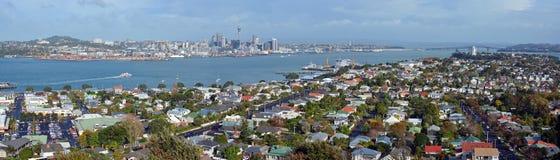 Auckland panorama från monteringen Victoria, Devonport in mot stad & Royaltyfri Foto